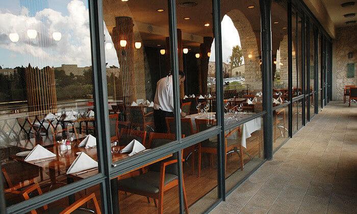 9 ארוחה זוגית במונטיפיורי הכשרה מול חומות העיר העתיקה