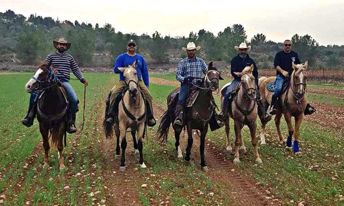 4 טיול רכיבה על סוסים בחוות הבוקר