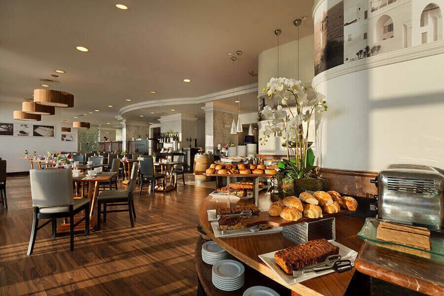 6 ארוחת בוקר בופה במלון קראון פלזה, מול הים בחיפה