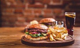 ארוחת המבורגר כשרה ב-meat fix