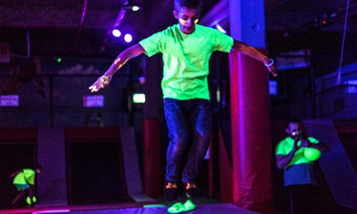 5 מסיבת חושך זוהרת לילדים Glow party בפארק הטרמפולינות Sky Jump, רעננה