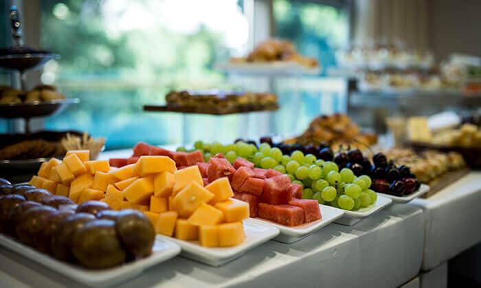 4 דיל חגיגת קיץ: ארוחת בוקר וכניסה לבריכה במלון רימונים טאואר רמת גן