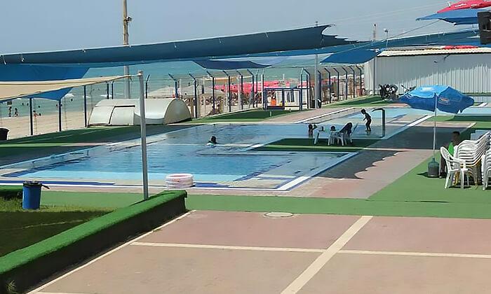 3 כניסה לבריכת השחייה בבת ים