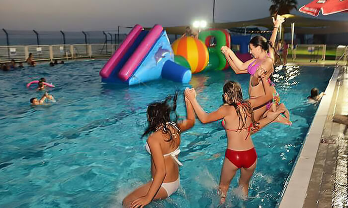6 דיל חגיגת קיץ: כניסה לבריכת השחייה בבת ים