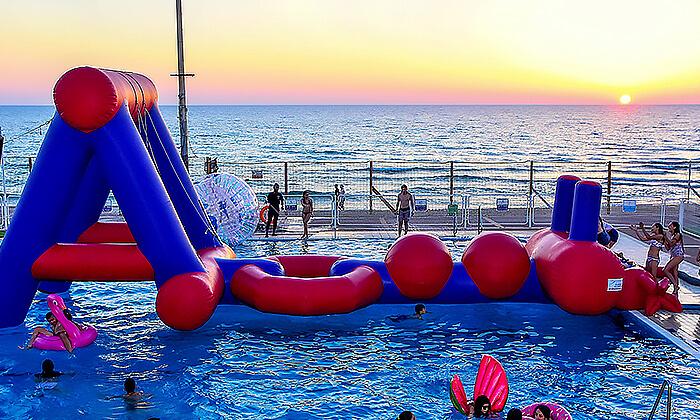 10 דיל חגיגת קיץ: כניסה לבריכת השחייה בבת ים