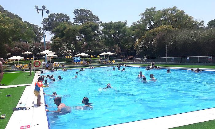 2 כניסה לבריכת השחייה בפרדס חנה