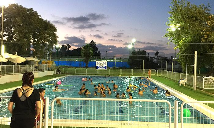 3 דיל חגיגת קיץ: כניסה לבריכת השחייה בבית דגן