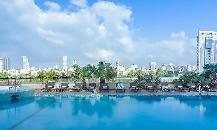 3 דיל חגיגת קיץ: כניסה לילית לבריכת מלון לאונרדו סיטי טאוור והקרנת המונדיאל