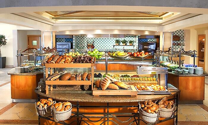 4 ארוחת בראנץ' כשרה מול הים במרפסת מלון הילטון תל אביב