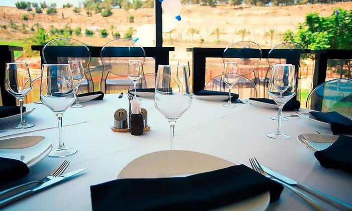 13 ארוחה זוגית במסעדת לאגו, מעלה אדומים