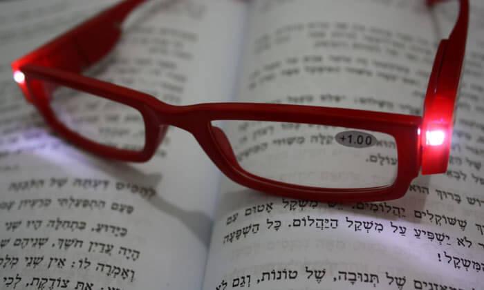 2 משקפי קריאה עם תאורת LED