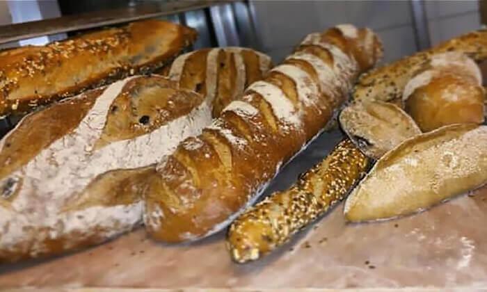 2 לחם מחיטה מלאה בעבודת יד בבית הקפה נושה הכשר למהדרין, פתח תקווה