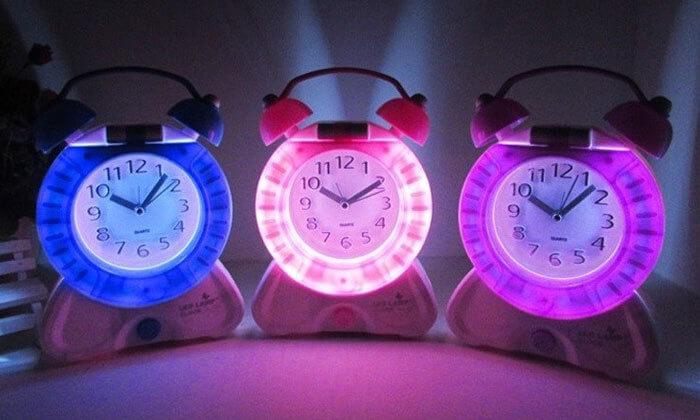 2 שעון מעורר משולב עם מנורת לילה