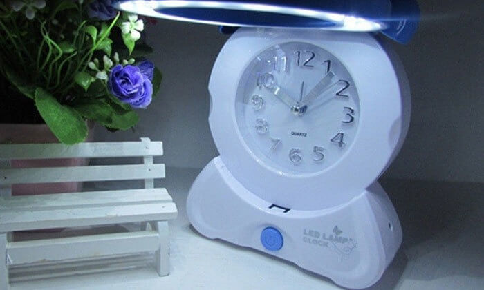 4 שעון מעורר משולב עם מנורת לילה
