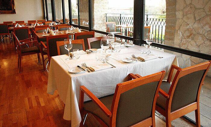 8 ארוחה זוגית במסעדת מונטיפיורי הכשרה מול חומות העיר העתיקה ירושלים