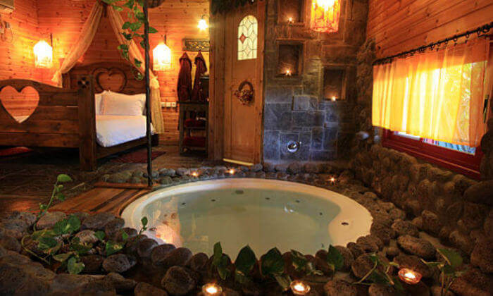3 חופשה רומנטית בבקתות עץ בסגנון הודי - מושב רמות