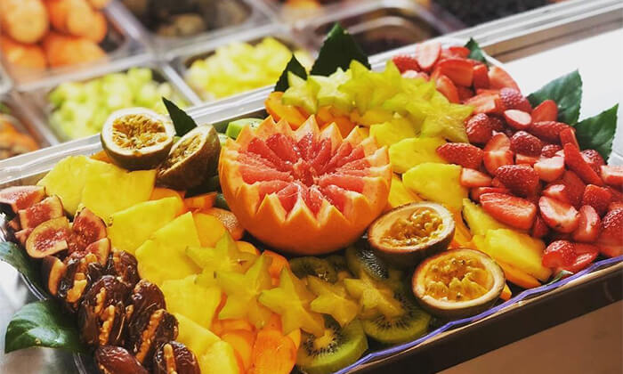 2 מגשי פירות של Enerjuicer, בר משקאות בריאות ומיצים טבעיים בכיכר רבין