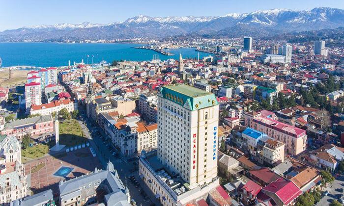 2 עיירת הנופש באטומי, גאורגיה - נופים, חופים, שווקים ומלון קזינו וספא 5 כוכבים, כולל סופ''ש