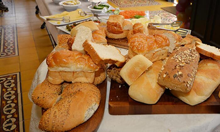 10 ארוחת בוקר בופה זוגית במסעדת חג' כחיל, יפו