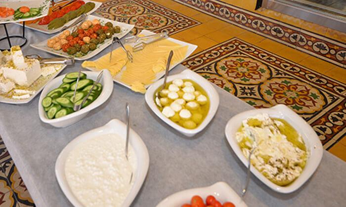 11 ארוחת בוקר בופה זוגית במסעדת חג' כחיל, יפו