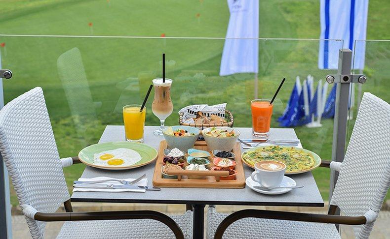 בוקר זוגי בקפה בגולף
