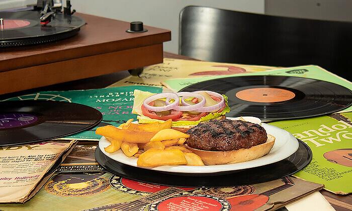 3 ארוחת המבורגר זוגית במסעדת Boost FM תל אביב