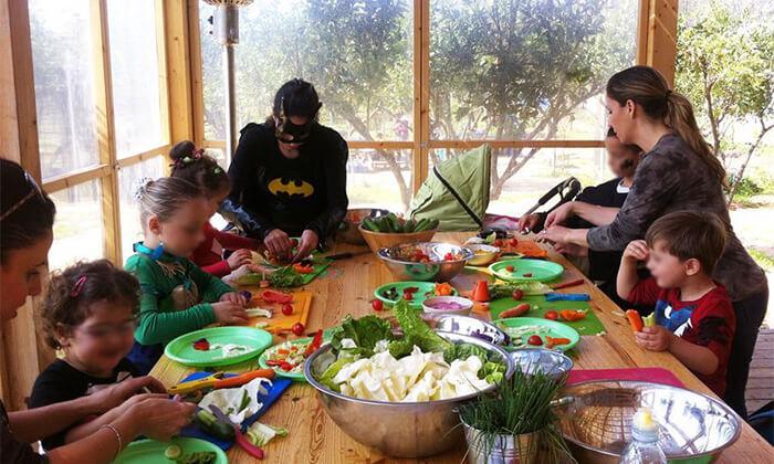 6 פורים במשק הלברכט - גינת אוכל, ביתן אהרון