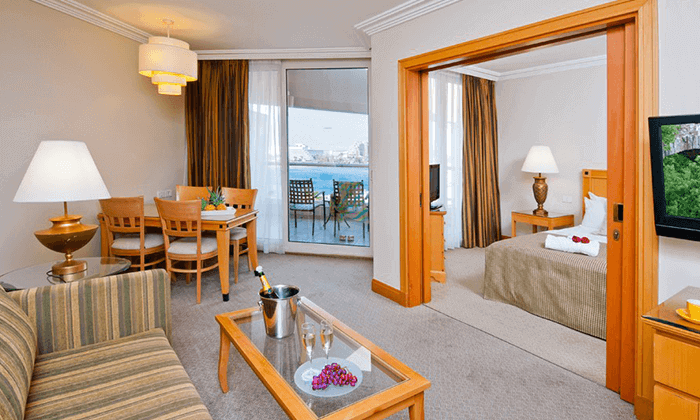 4 חופשה במלון אריאה (יו סוויטס לשעבר) 5 כוכבים באילת, כולל טיסות