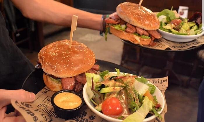 7 המבורגר, צ'יפס ובירה ב-Temple Bar כפר סבא