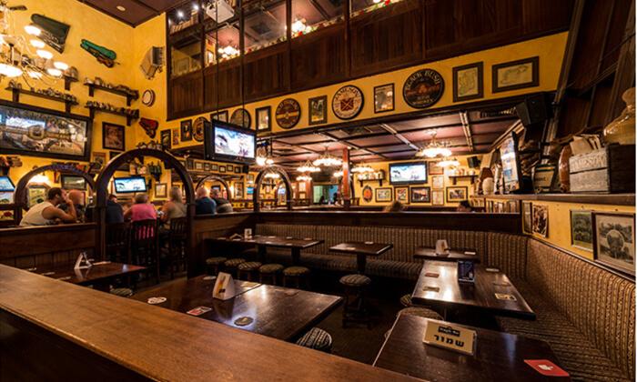 4 המבורגר, צ'יפס ובירה ב-Temple Bar כפר סבא