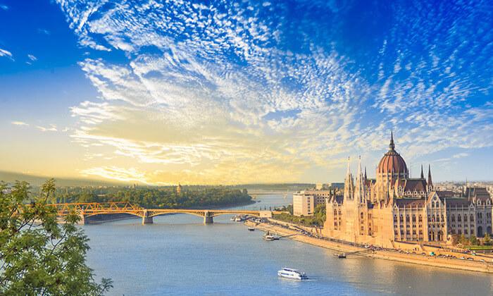 6 חופשה ו-2 הופעות: אנדראה בוצ'לי והסקורפיונס בבודפשט