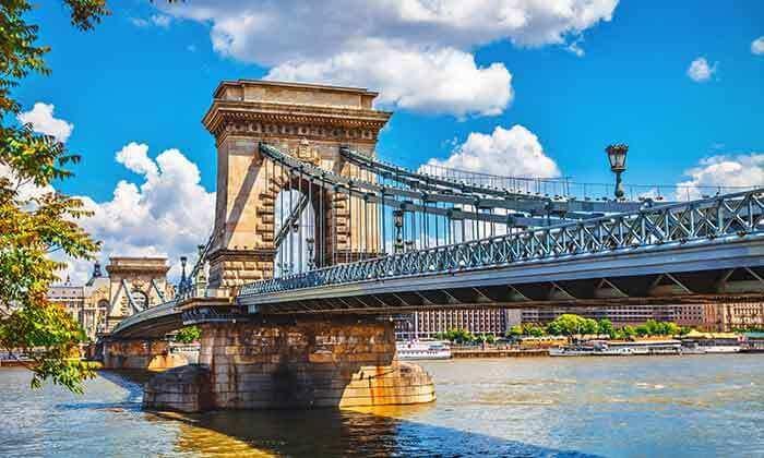 5 חופשה ו-2 הופעות: אנדראה בוצ'לי והסקורפיונס בבודפשט