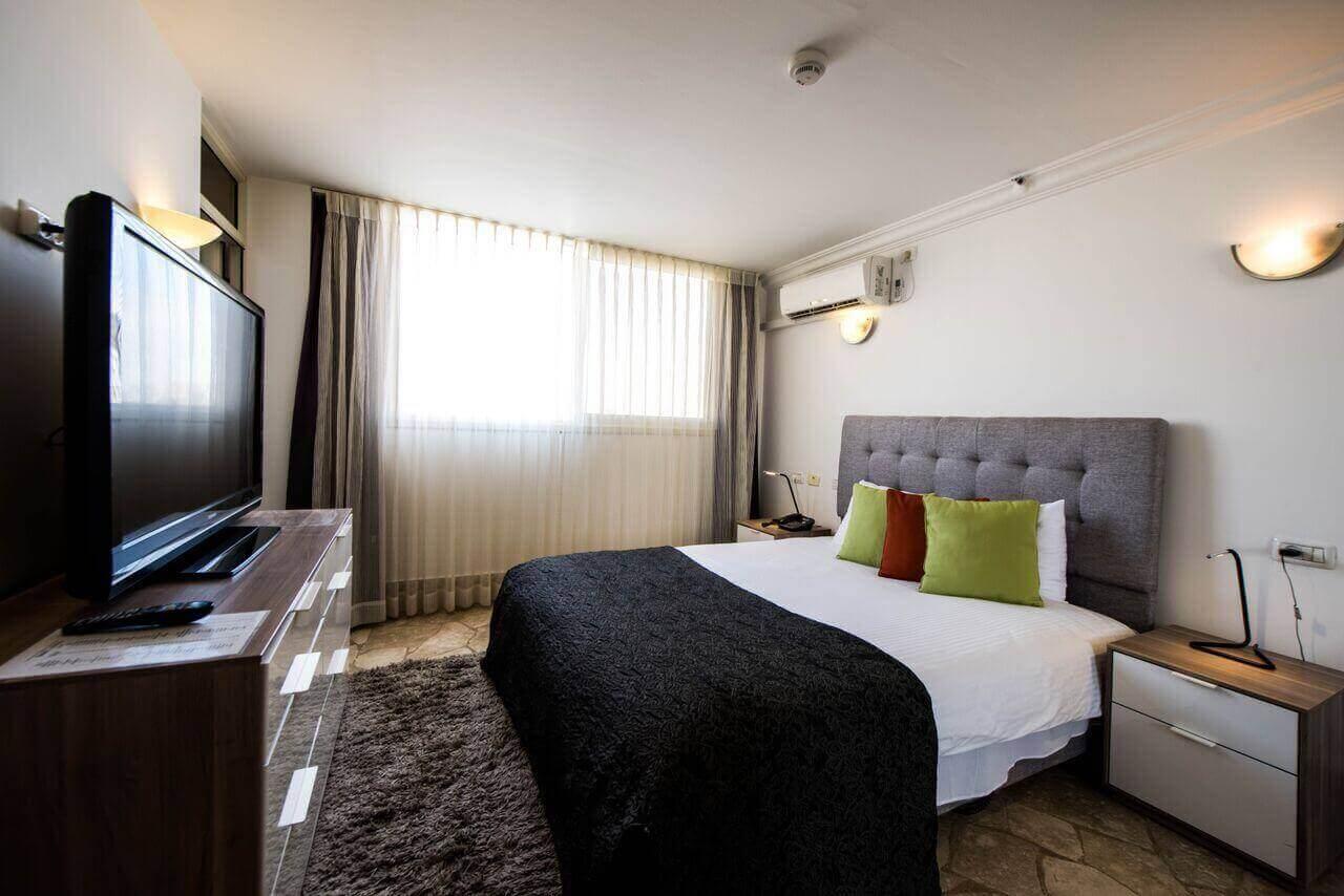 """7 מלון סוויטות רמון - חופשה זוגית כולל סופ""""ש"""