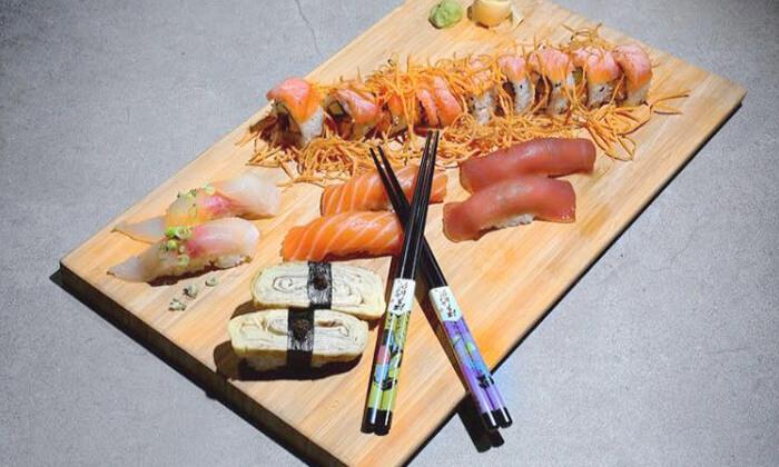4 מסעדת Umami בשוק הכרמל - מגשי סושי עם 64, 96 או 104 יחידות