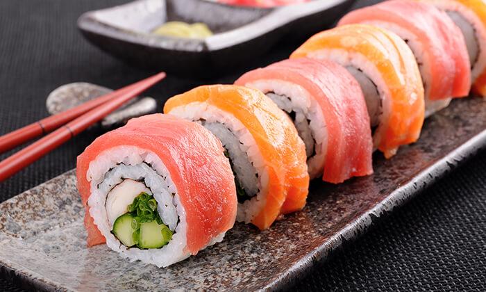 5 מסעדת Umami בשוק הכרמל - מגשי סושי עם 64, 96 או 104 יחידות