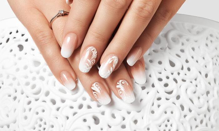 6 Pure White Cosmetic בדיזנגוף סנטר - מבחר טיפולי מניקור ופדיקור