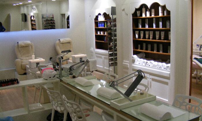 5 Pure White Cosmetic בדיזנגוף סנטר - מבחר טיפולי מניקור ופדיקור