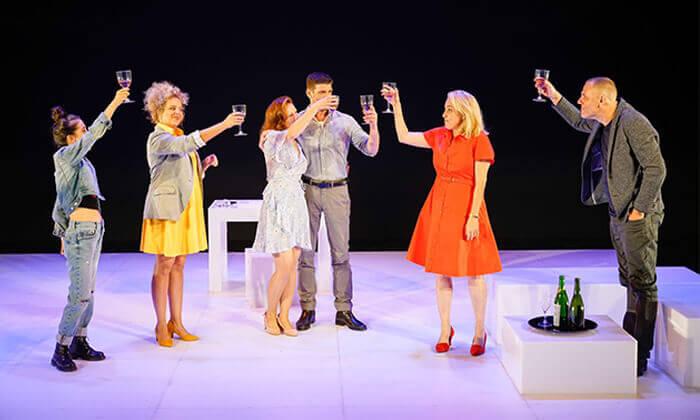 8 ההצגה הריון בתיאטרון הקאמרי - כרטיס למופע במגוון תאריכים