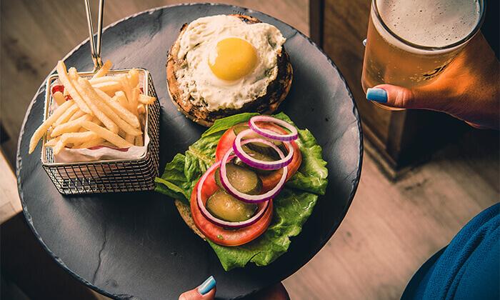 6 ארוחת המבורגר זוגית עם תוספות במסעדת ארמיס, חוף לידו אשדוד