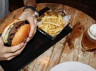 ארוחת המבורגר זוגית בפטריקס