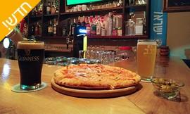 פיצה זוגית ושתי כוסות בירה