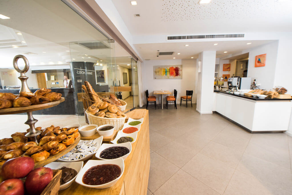 5 מלון מונטיפיורי ירושלים, כולל סיור חנוכיות