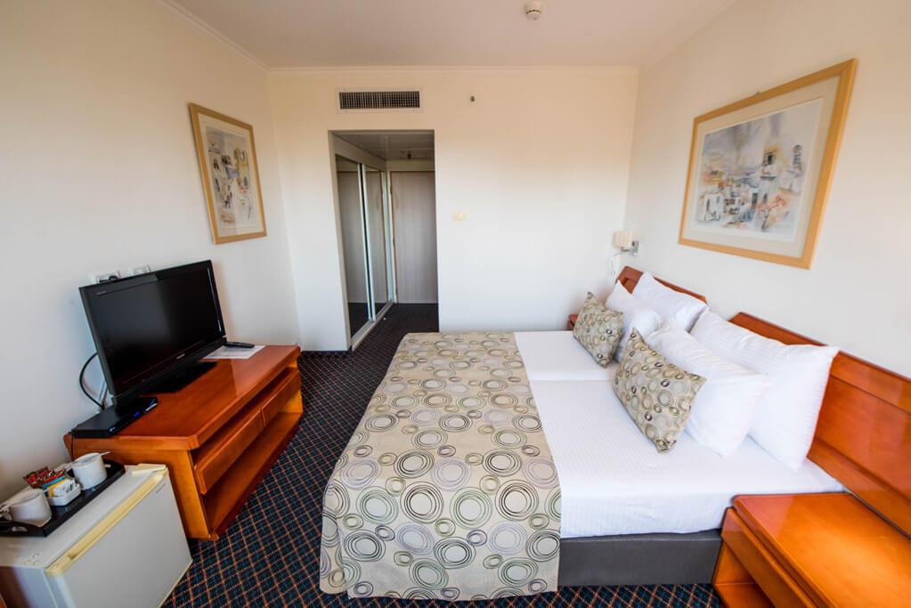 8 מלון מונטיפיורי ירושלים, כולל סיור חנוכיות