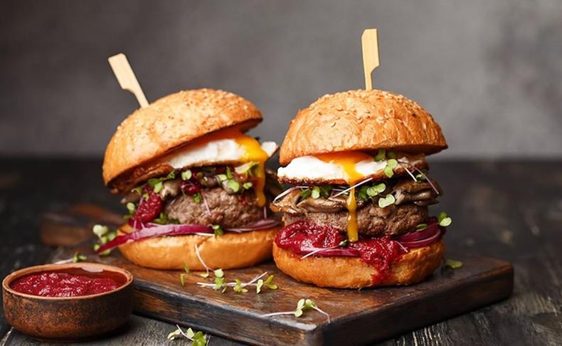 ארוחת המבורגר לזוג ב'פרה פרה'
