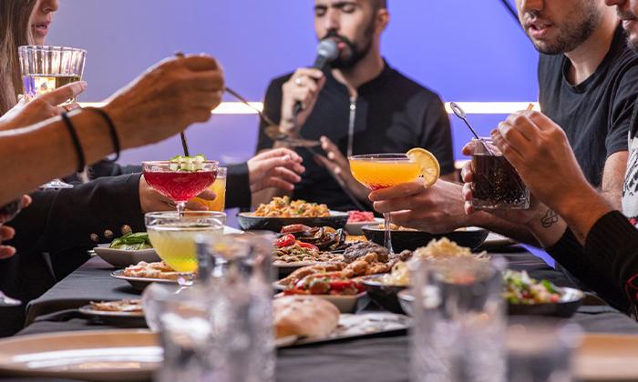 פאנץ' ליין Punch Line תל אביב - ארוחת ערב זוגית כשרה והופעת מלצרים מזמרים