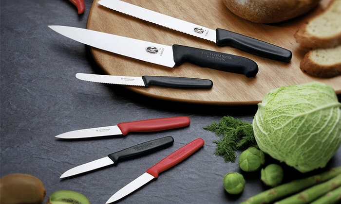 7 סכין שף ומשחיז מבית VICTORINOX