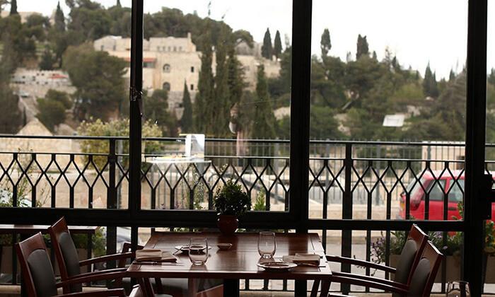 11 ארוחה זוגית במונטיפיורי הכשרה מול חומות העיר העתיקה בירושלים